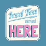 Το παγωμένο τσάι εξυπηρέτησε εδώ το ζωηρόχρωμο αναδρομικό σημάδι απεικόνιση αποθεμάτων