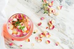 Το παγωμένο τσάι με ένα τσάι αυξήθηκε Κρύο κοκτέιλ Στοκ Φωτογραφίες