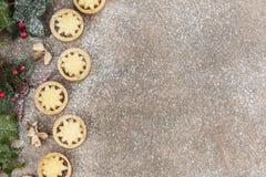 Το παγωμένο υπόβαθρο Χριστουγέννων με κομματιάζει τις πίτες Στοκ Εικόνες