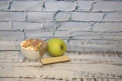 Το παγωτό σε ένα κύπελλο με διακοσμητικό ψεκάζει και βάφλες Ακόμα ζωή E στοκ εικόνες με δικαίωμα ελεύθερης χρήσης