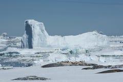 Το παγόβουνο στο στενό μεταξύ της ανταρκτικής χερσονήσου και είναι Στοκ Εικόνες