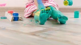 Το παιδάκι είναι playind με τα χρώματα στοκ εικόνα με δικαίωμα ελεύθερης χρήσης