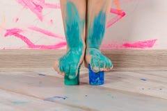 Το παιδάκι είναι playind με τα χρώματα στοκ φωτογραφίες με δικαίωμα ελεύθερης χρήσης