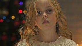 Το παιδί άντεξε το χέρι στη κάμερα, την έννοια της βοήθειας ή την ορφανή υιοθέτηση στα Χριστούγεννα απόθεμα βίντεο