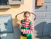 Το παιδί έντυσε στα κοστούμια καρναβαλιού στο εξωτερικό για να γιορτάσει το μ Στοκ φωτογραφίες με δικαίωμα ελεύθερης χρήσης