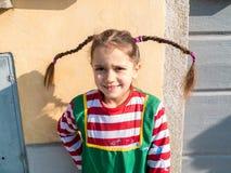 Το παιδί έντυσε στα κοστούμια καρναβαλιού στο εξωτερικό για να γιορτάσει το μ Στοκ εικόνα με δικαίωμα ελεύθερης χρήσης