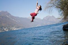 Το παιδί έχει κάποια διασκέδαση στο εξωτερικό, φύση στοκ εικόνα με δικαίωμα ελεύθερης χρήσης