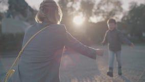 Το παιδί αγκαλιάζει mom στον ήλιο απόθεμα βίντεο