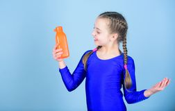 Το παιδί αισθάνεται τη δίψα μετά από την αθλητική κατάρτιση Gymnast κοριτσιών παιδιών χαριτωμένο μπουκάλι αθλητικής leotard λαβής στοκ φωτογραφία