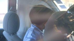 Το παιδί απολαμβάνει με την οικογένεια πριν από το ταξίδι και πηγαίνει στη σχολική έννοια μέσα στο εσωτερικό αυτοκινήτων απόθεμα βίντεο