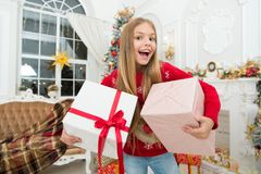 Το παιδί απολαμβάνει τις διακοπές Το χριστουγεννιάτικο δέντρο και παρουσιάζει καλή χρονιά Ολόκληρος ο κόσμος σε μια αφή Χειμώνας  στοκ εικόνα