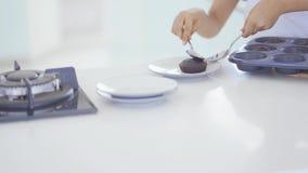 Το παιδί βάζει τα μπισκότα στο πιάτο μετά από ψημένος απόθεμα βίντεο