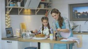 Το παιδί βοηθά το μεσημεριανό γεύμα Cook μητέρων προετοιμάζοντας την εύγευστη πίτα απόθεμα βίντεο