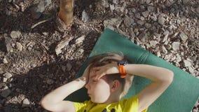 Το παιδί βρίσκεται στην κουβέρτα τουριστών απόθεμα βίντεο