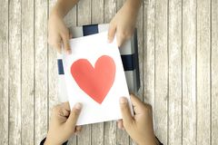 Το παιδί δίνει το κιβώτιο επιστολών και δώρων στοκ φωτογραφία με δικαίωμα ελεύθερης χρήσης