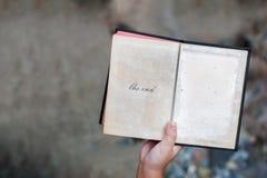 το παιδί δίνει την ανοικτή παλαιά ιστορία βιβλίων Στοκ Εικόνα
