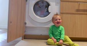 Το παιδί εξετάζει το πλυντήριο φιλμ μικρού μήκους