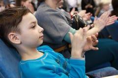 Το παιδί επιδοκιμάζει στο θέατρο στοκ εικόνα με δικαίωμα ελεύθερης χρήσης
