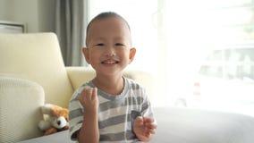 Το παιδί επιλέγει τη μύτη του φιλμ μικρού μήκους