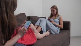 Το παιδί επισύρει την προσοχή στο τηλέφωνο φιλμ μικρού μήκους