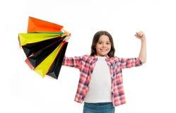 Το παιδί ισχυρό κάνει τις ανεξάρτητες αγορές Το κορίτσι φέρνει τις τσάντες αγορών που απομονώνονται στο άσπρο υπόβαθρο Κορίτσι τρ στοκ φωτογραφίες με δικαίωμα ελεύθερης χρήσης