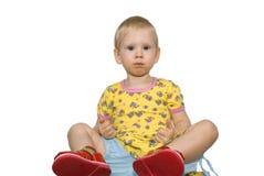 το παιδί κάθεται Στοκ Εικόνες
