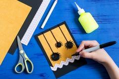 Το παιδί κάνει την κάρτα σε αποκριές Βήμα 6 Στοκ Εικόνα