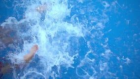 Το παιδί κολυμπά στην πισίνα απόθεμα βίντεο
