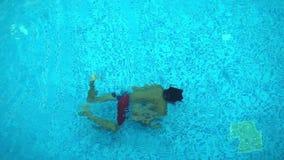 Το παιδί κολυμπά στην πισίνα φιλμ μικρού μήκους