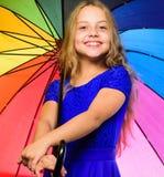 Το παιδί κοριτσιών έτοιμο συναντά τον καιρό πτώσης με τη ζωηρόχρωμη ομπρέλα Τρόποι να βελτιωθεί η διάθεσή σας το φθινόπωρο Ζωηρόχ στοκ εικόνα με δικαίωμα ελεύθερης χρήσης