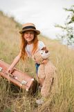 Το παιδί με τη βαλίτσα και teddy αντέχει Στοκ Εικόνες