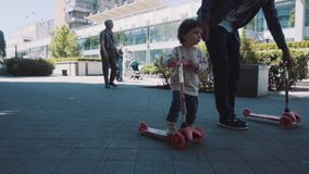 Το παιδί οδηγά ένα μηχανικό δίκυκλο στο πάρκο απόθεμα βίντεο
