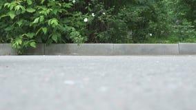 Το παιδί οδηγά τους κυλίνδρους σε ένα θερινό πάρκο Κινηματογράφηση σε πρώτο πλάνο απόθεμα βίντεο