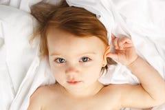 το παιδί ομορφιάς βάζει το λευκό φύλλων Στοκ φωτογραφία με δικαίωμα ελεύθερης χρήσης