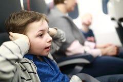 Το παιδί πάσχει την ταλαιπωρία από την αυξανόμενη πίεση αυτιών στοκ εικόνες