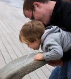 το παιδί πίνει το ύδωρ Στοκ φωτογραφία με δικαίωμα ελεύθερης χρήσης