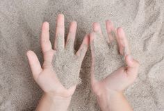 Το παιδί παίζει με την άμμο θάλασσας Sypet, που πετά μακριά Χαλαρώστε, περισυλλογή στοκ εικόνα