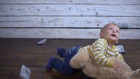 Το παιδί παίζει στο πάτωμα απόθεμα βίντεο