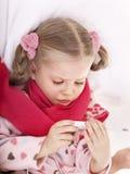 το παιδί παίρνει το θερμόμ&epsil Στοκ Φωτογραφία