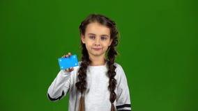 Το παιδί παρουσιάζει κενή κάρτα πράσινη οθόνη κίνηση αργή απόθεμα βίντεο
