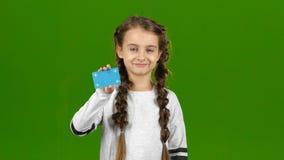 Το παιδί παρουσιάζει κενή κάρτα πράσινη οθόνη φιλμ μικρού μήκους