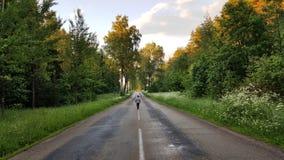 Το παιδί περπατά πολύ την οδό/roud Στοκ Φωτογραφίες