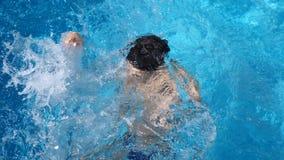 Το παιδί πνίγει στο νερό 4k, σε αργή κίνηση φιλμ μικρού μήκους