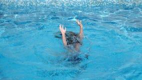 Το παιδί πνίγει στο νερό 4k, σε αργή κίνηση απόθεμα βίντεο