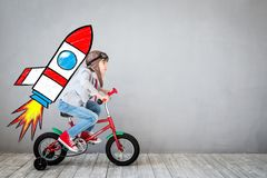 Το παιδί προσποιείται να είναι επιχειρηματίας Στοκ εικόνα με δικαίωμα ελεύθερης χρήσης