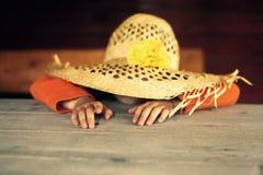 Παιδί σε ένα καπέλο αχύρου στοκ φωτογραφία