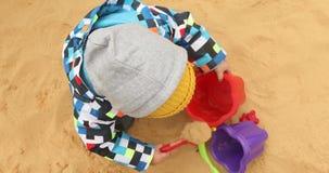 Το παιδί σκάβει την άμμο ψυχρά απόθεμα βίντεο