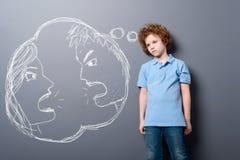 Το παιδί σκέφτεται το διαζύγιο γονέων ` στοκ εικόνα με δικαίωμα ελεύθερης χρήσης