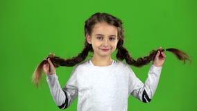 Το παιδί στέλνει ένα φιλί αέρα πράσινη οθόνη κίνηση αργή απόθεμα βίντεο