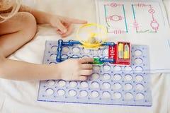 Το παιδί συλλέγει έναν ηλεκτρονικό κατασκευαστή Στοκ φωτογραφία με δικαίωμα ελεύθερης χρήσης